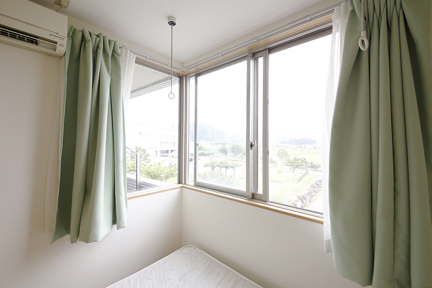 L字の窓から光が差し込む、こちらも明るい洋室です_MG_8359