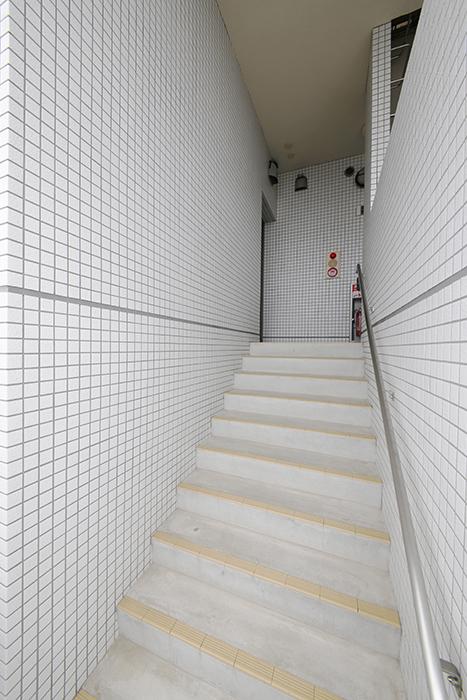 お部屋へと向かう階段です_MG_8453