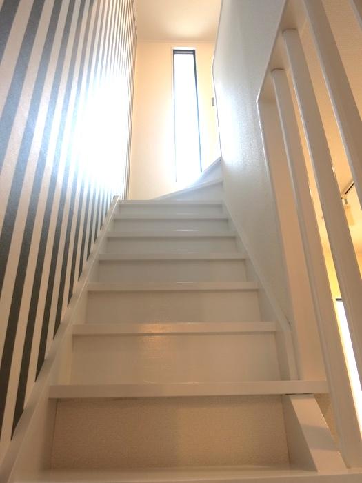 ノリタケの家、階段ストライプ柄のアクセントクロスがシャープで素敵_1053