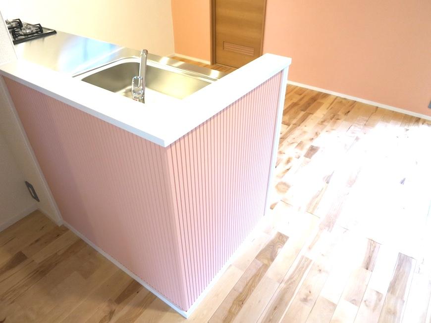 ヴィクトリアンピーチ色のキッチンスペース_1149
