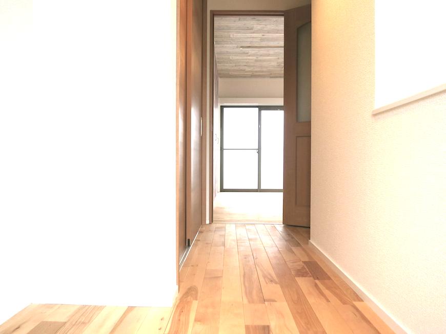 ノリタケの家2階廊下から10帖のお部屋へ_6949