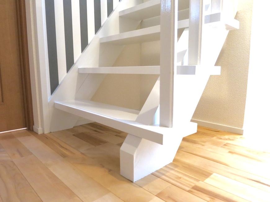 ホワイトでウッディな階段とストライプのアクセントクロス_113