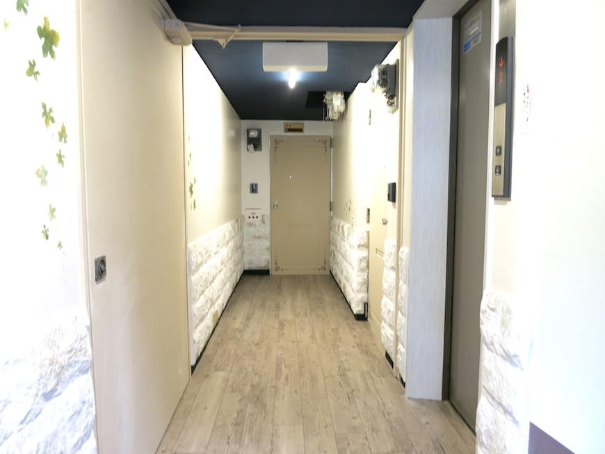 共用廊下。腰壁の石貼りが素敵♡_IMG_6405