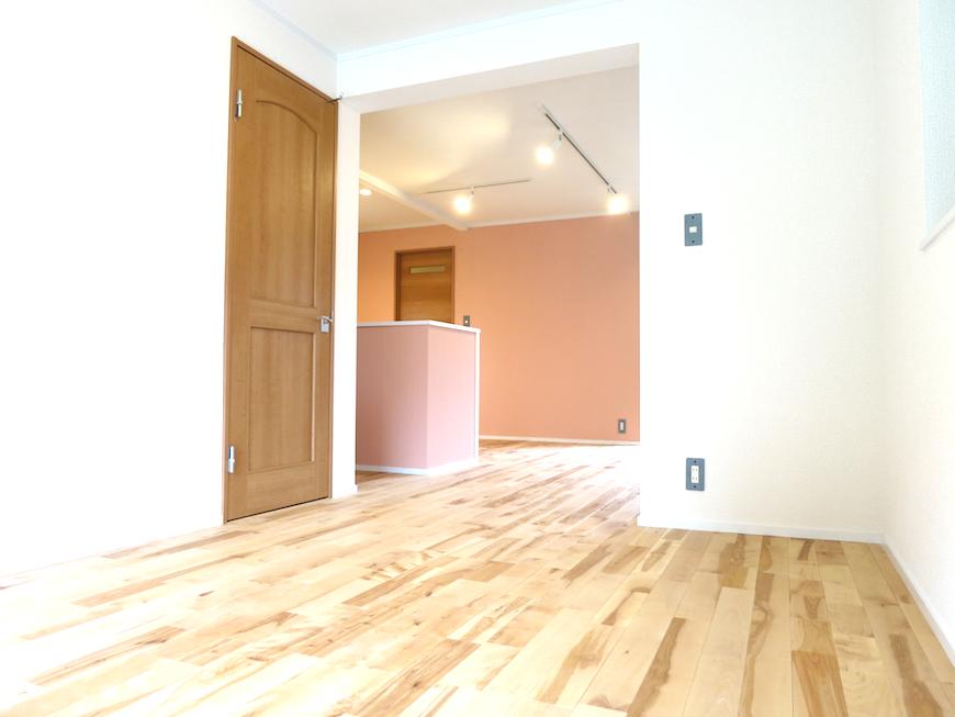 コントラストが素敵。無垢の床・白い壁・ヴィクトリアンピーチのキッチン_6858