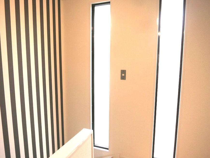 階段上2階いりぐり付近の採光窓が明るいです_6945