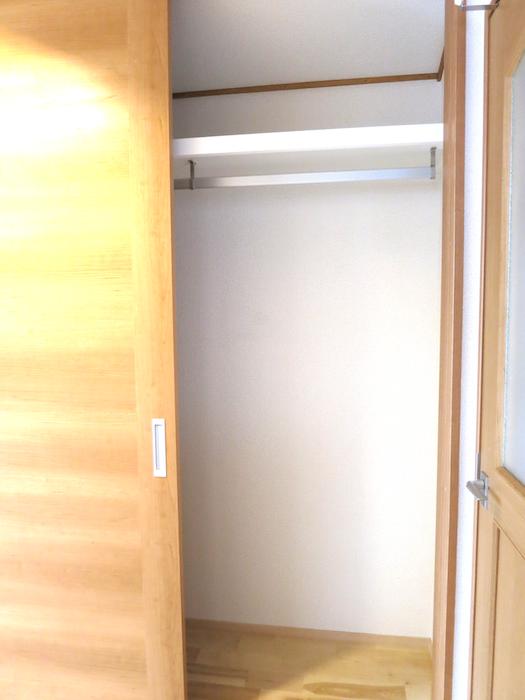 ノリタケの家2階階段廊下収納_6955