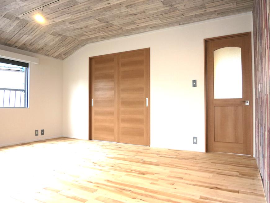 お洒落な天井と無垢の床26958