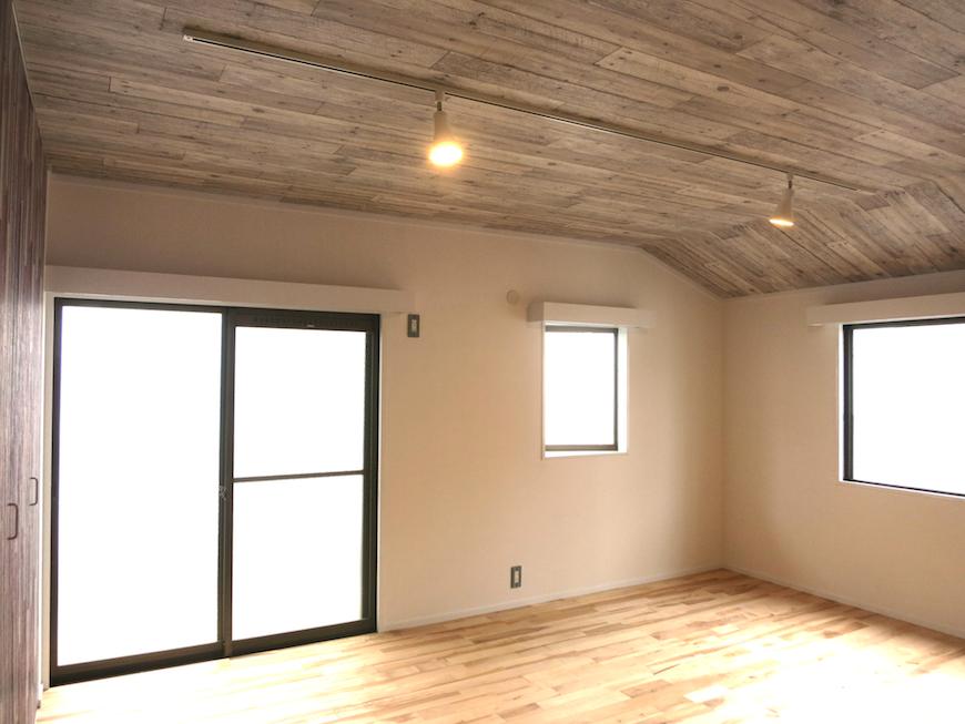 ノリタケの家2階 お洒落な天井と無垢の床_6970
