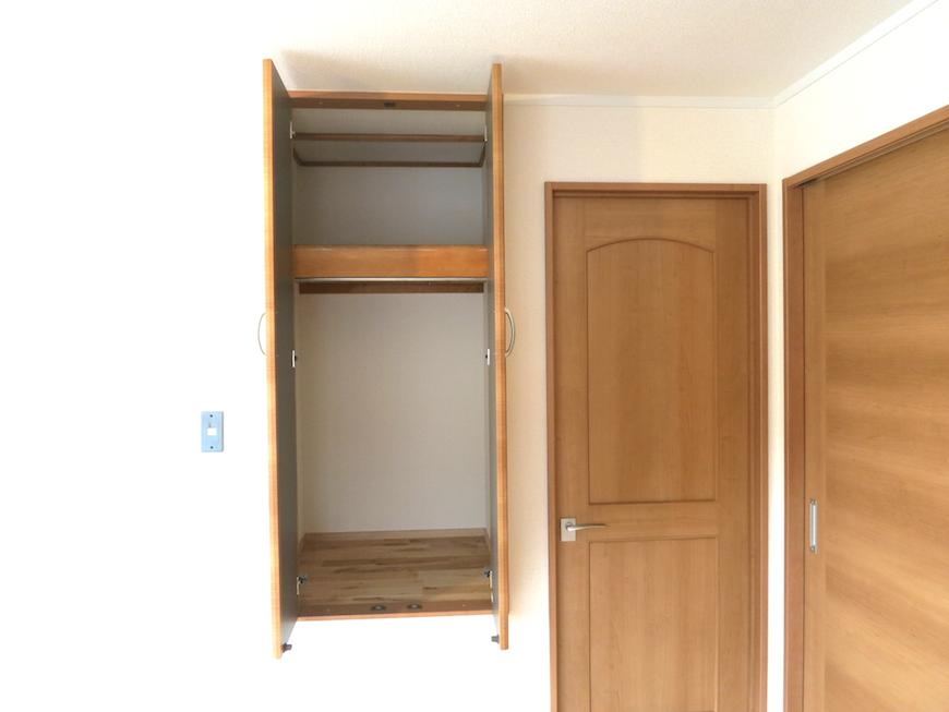 2階6帖の収納スペースと扉たち_7038