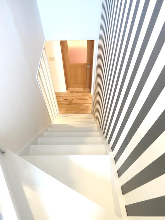 階段付近2階からの眺めストライプがシャープに決まる_7054