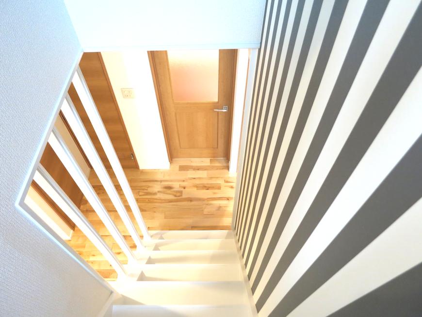 デザイン性の高い階段ストライプ柄のクロス_7056