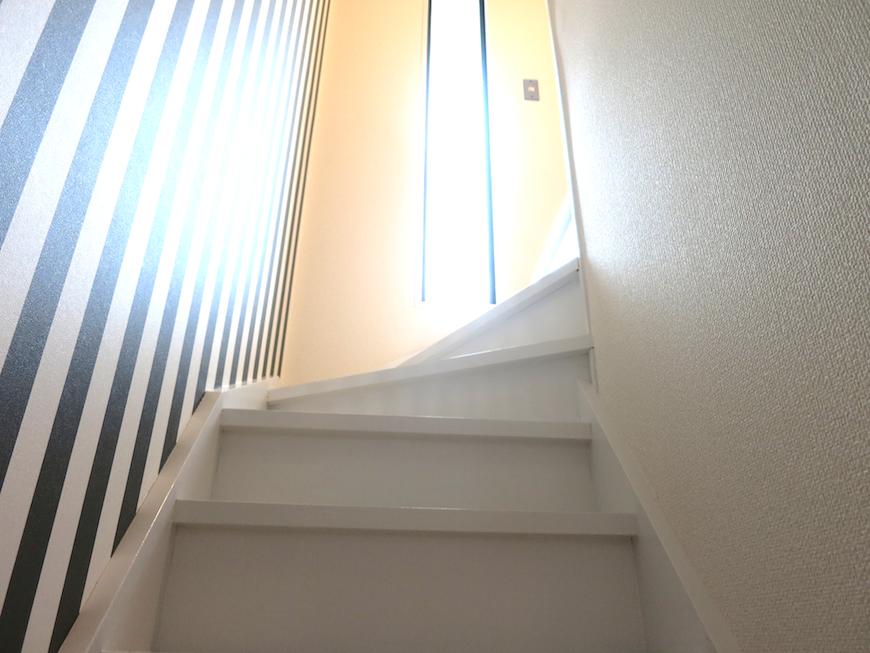 光が差し込む階段_ノリタケの家_7067