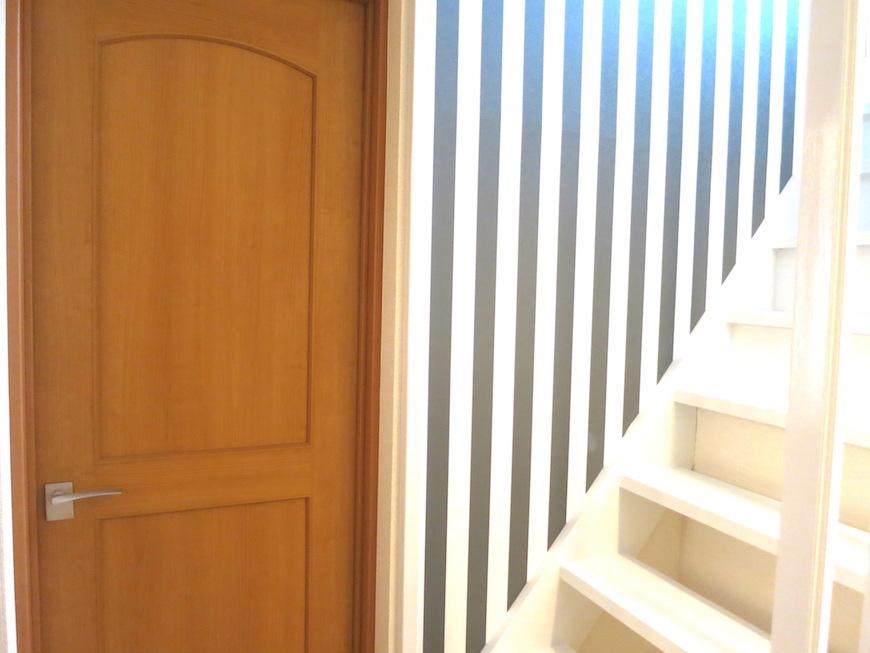 廊下右手無垢の床が広がるリビングへ_7083