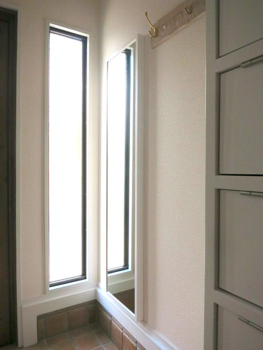 ノリタケの家・玄関姿見。採光窓の光_7163