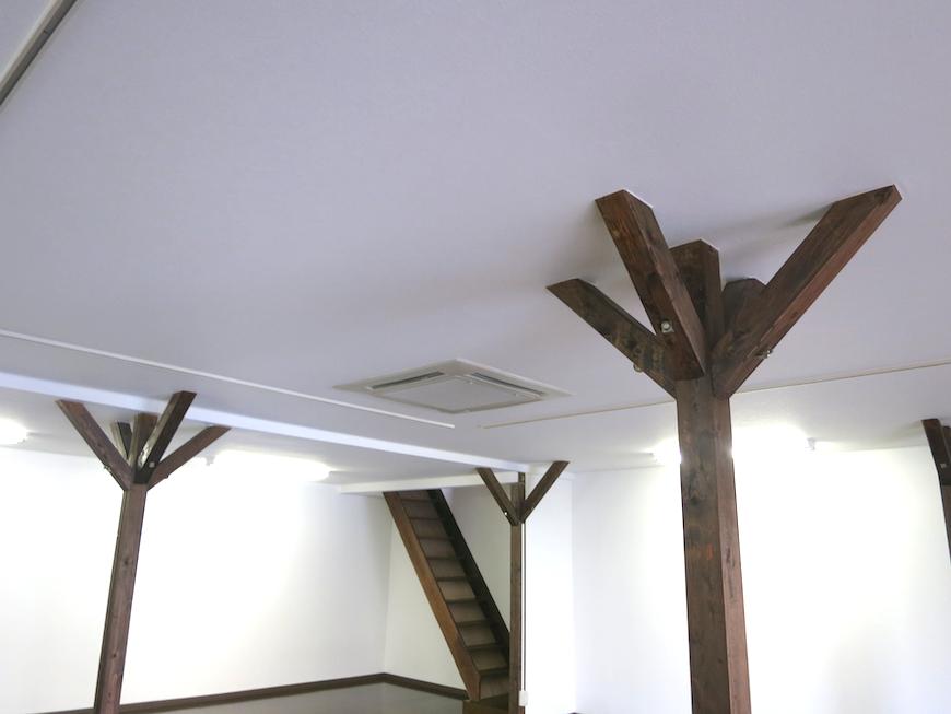 白い壁によく映える柱たち【呼明家スタジオ TASHIRO 1959】_7297