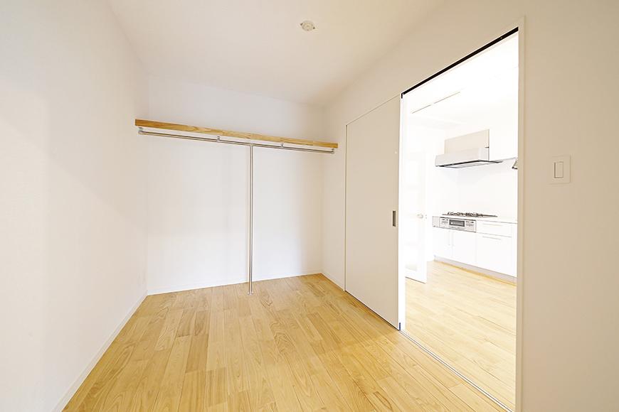 棚とハンガー用のバーがあるだけのシンプルなスペース!_MG_0006