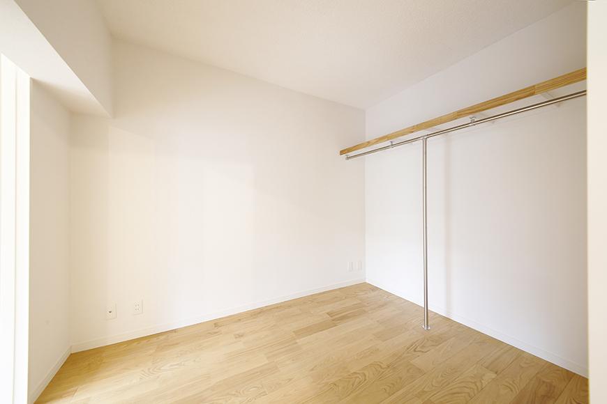 棚とハンガー用のバーがあるだけのシンプルなスペース!_MG_0021