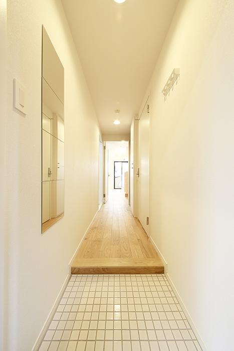 TOMOSのリノベの玄関は、白タイルと姿見が目印☆_MG_9370