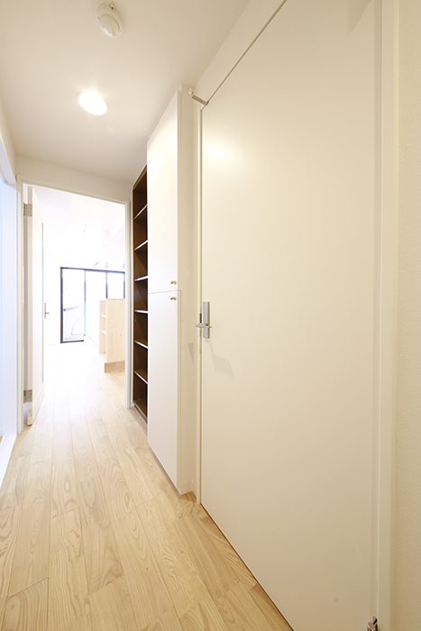 廊下の右手にあるドアは水回りへのドアです!_MG_9390