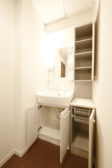 こちら独立洗面台。収納もタップリ!_MG_9416