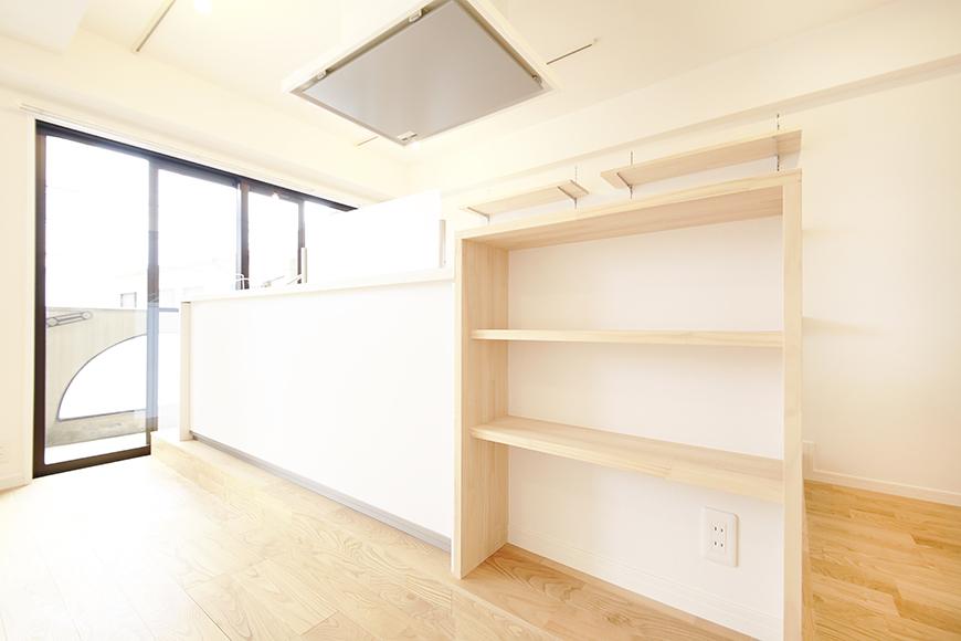キッチンの裏側(リビング側)には棚があり、  リビングスペースを彩ることでしょうね。ああ、素敵・・・_MG_9509