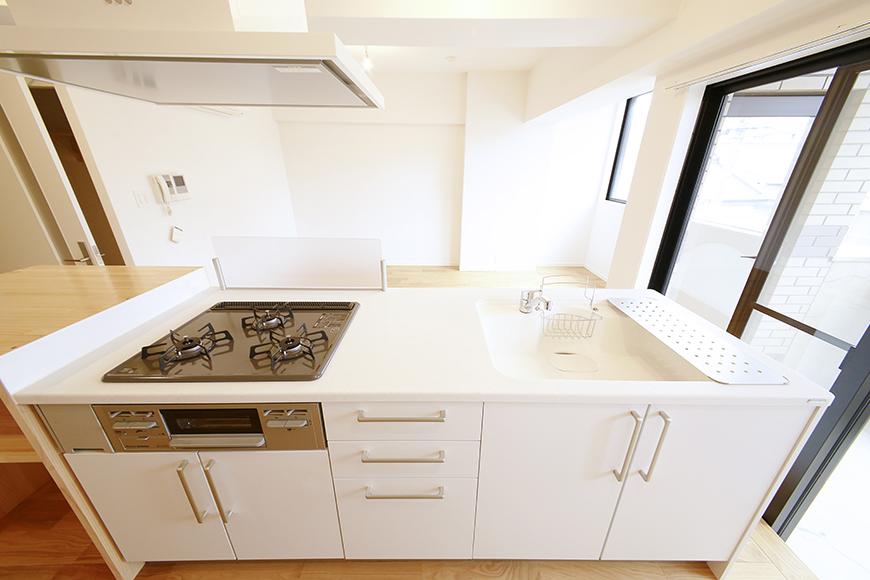 白を基調とした、まっさらなキッチンスペース☆  コンロは3口、シンク、レンジフードと、、、ピッカピカですね♪_MG_9538