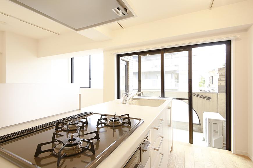 キッチンから窓・ベランダへの眺め。  こんな天気の良い日は最高ですね・・・_MG_9542