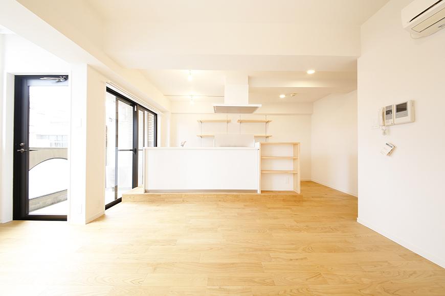 リビングスペースからキッチンへの眺め! 梁を梁と思わせないような、立体的な空間もとっても素敵!_MG_9595