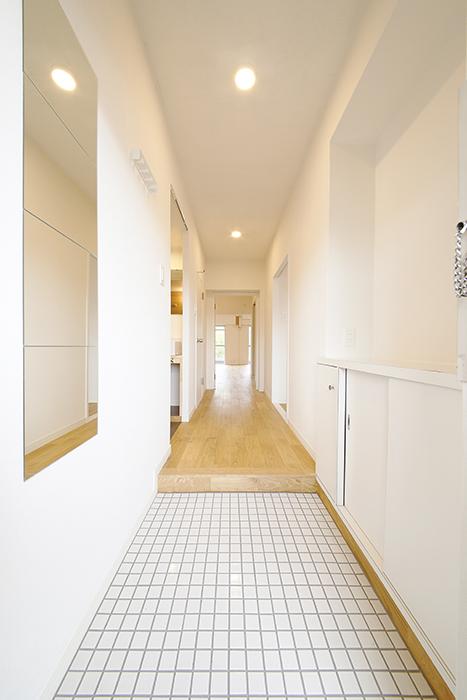 TOMOSのリノベのポイント!  ドアを開けただけでヤマグリの無垢木材の香り☆  そして、玄関の床は白のタイル張りが目にも鮮やか!_MG_9748