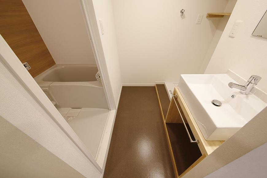 廊下左手にある、コンパクトに収まった水回り!_MG_9785