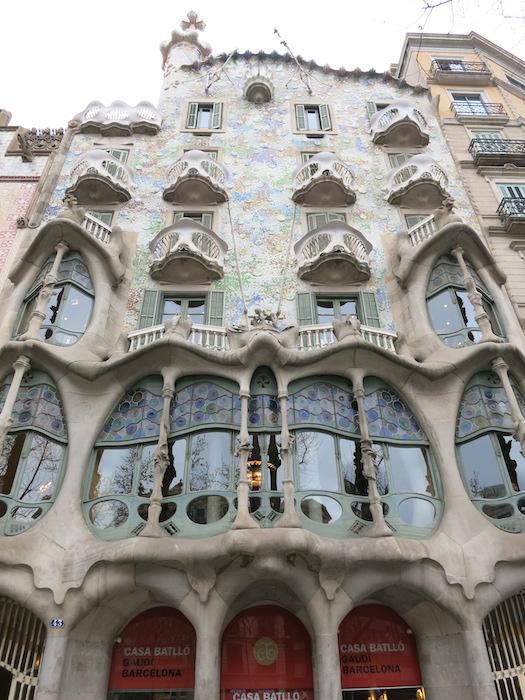 バルセロナの街中にあるカサ・バトリョ(Casa Batlló)世界遺産にも登録されています。_IMG_2798