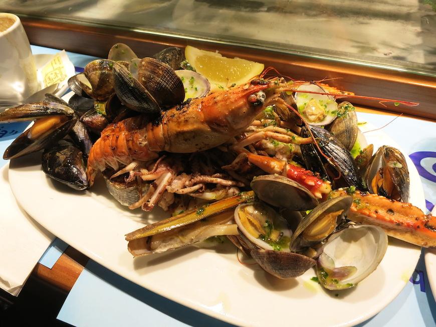 バルセロナの市場で食べた魚介のグリル。とっても美味しかった!※2014年のスペインの旅にて撮影。_IMG_2880