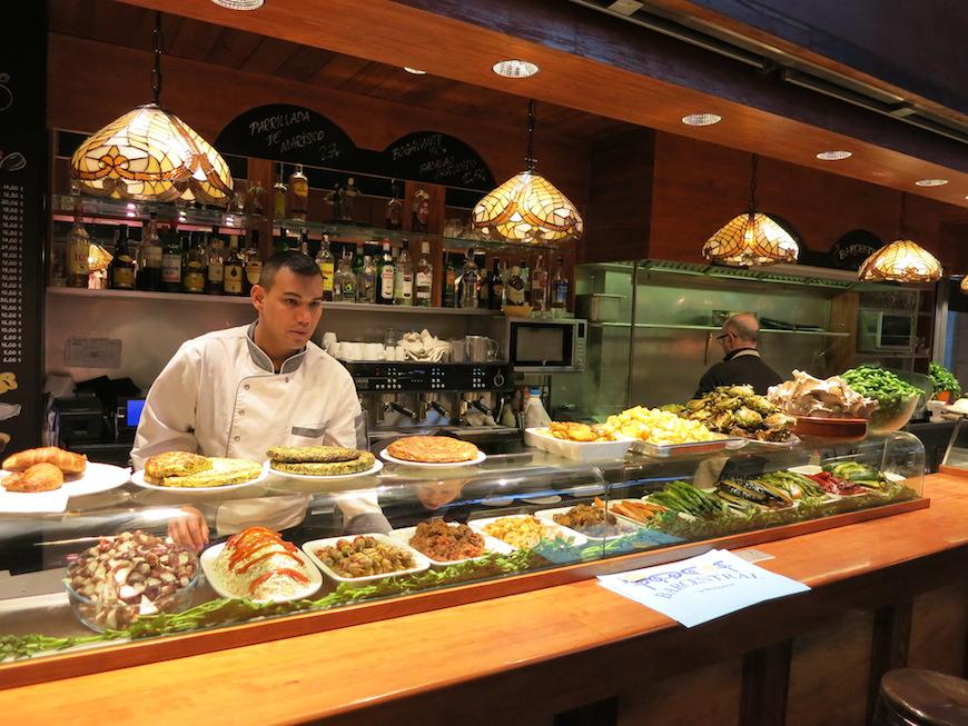 バルセロナの市場(Mercat de Sant Josep サン・ジョセップ市場)には新鮮な魚介料理を食べさせてくれるカウンターが!!IMG_2883