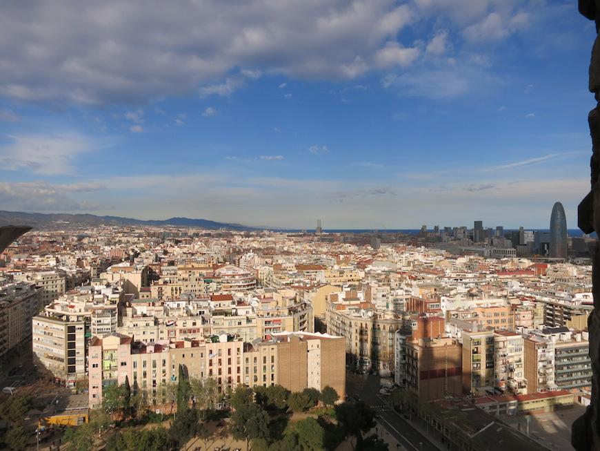 建物の尖塔の上から眺めたバルセロナの街。_IMG_3099