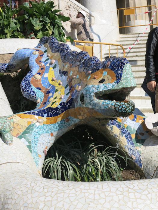公園内にある、グエル公園の象徴的な有名なトカゲの噴水。モザイクタイルが個性的。_IMG_3193
