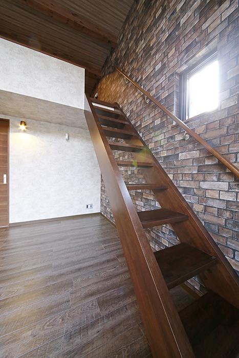 ロフトへの階段も重厚感アリ_MG_2967