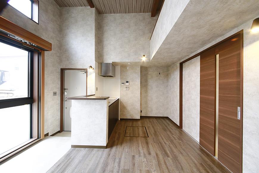 玄関、キッチン、そして大きな窓から注がれる光_MG_3111