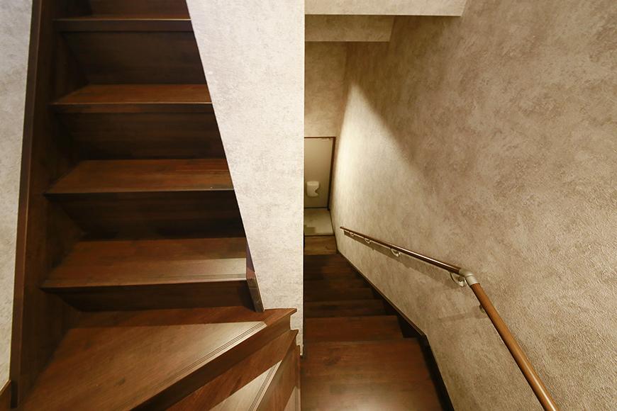 踊り場はこんな感じです。階段、壁紙の質感がタマリマセンね・・・_MG_3171