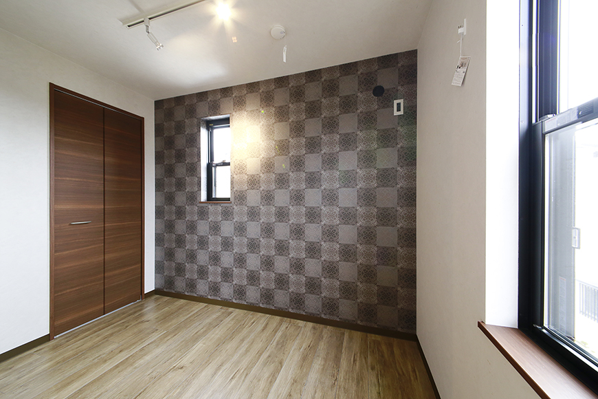 渋くてカッコイイ壁紙の洋室です_MG_3303