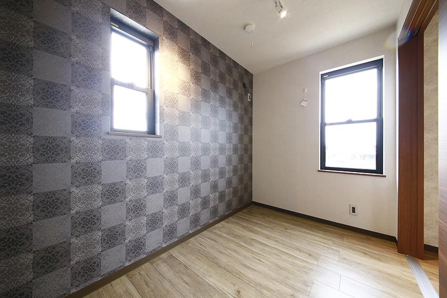 洋室は渋くシックな壁紙が大きなポイント_MG_3324