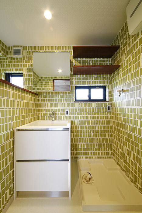 独立洗面台の隣には室内洗濯機置き場です_MG_3352