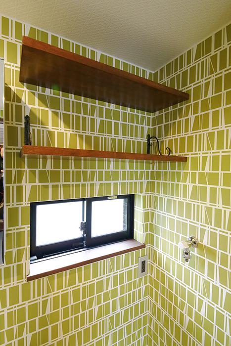 室内洗濯機置き場には窓があり、上には棚が設置されています!_MG_3359