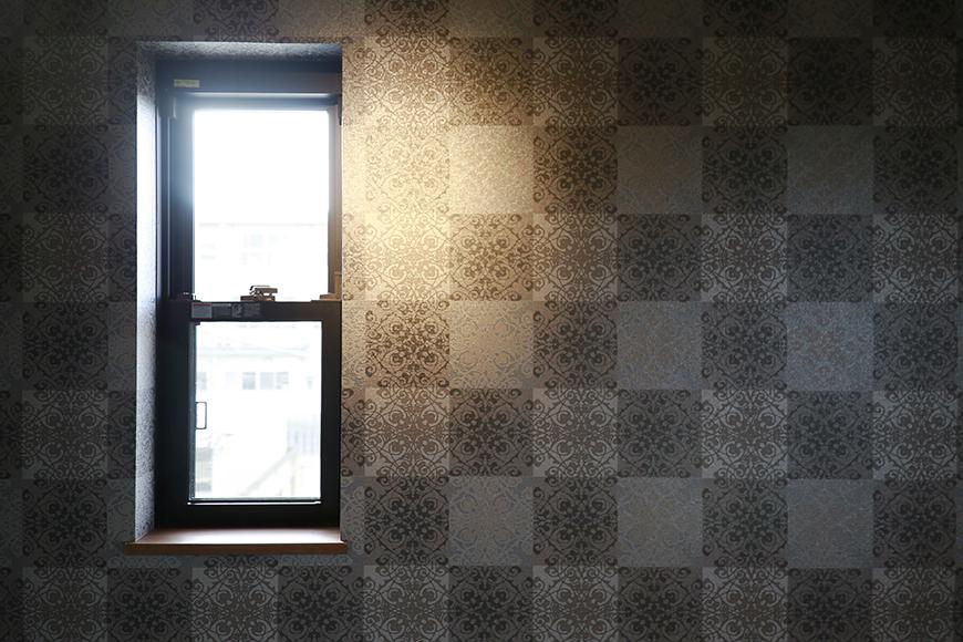 洋室の窓、そして壁紙はシックで素敵_MG_3395