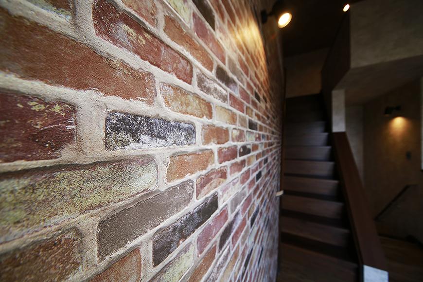 重厚な雰囲気のLDKの壁_MG_3493