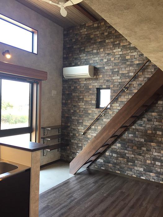 レンガ調の壁にウッディーな濃いブラウンの床がカフェ風 _S__10354700_rth