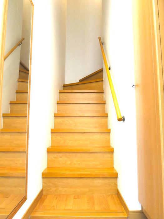 玄関を入ったところ。自然な色合いの階段_7710