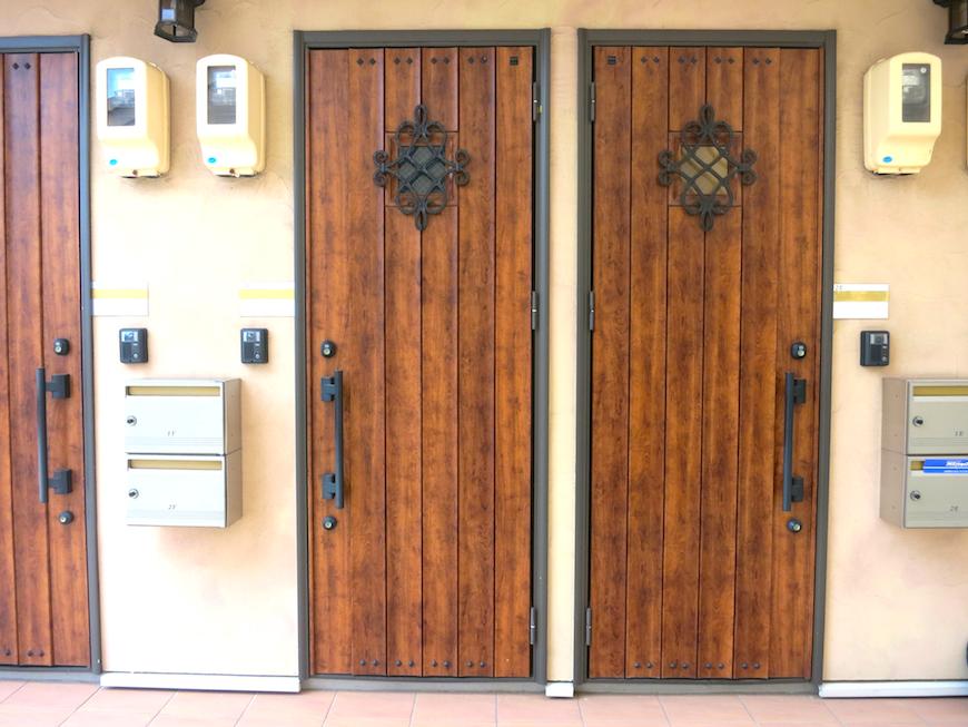 リベルテ玄関。お洒落なアイアン飾りが素敵_7715