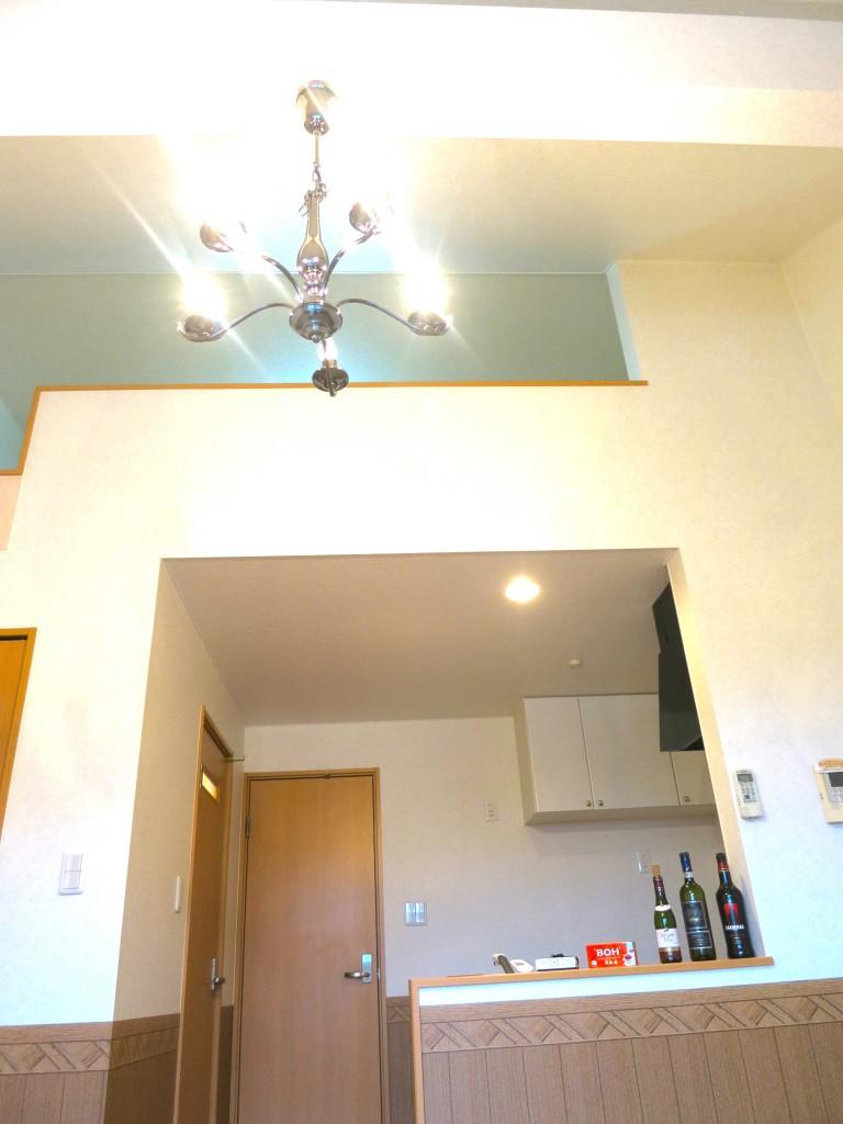 天井は高めで。開放感あるお部屋です。_7790