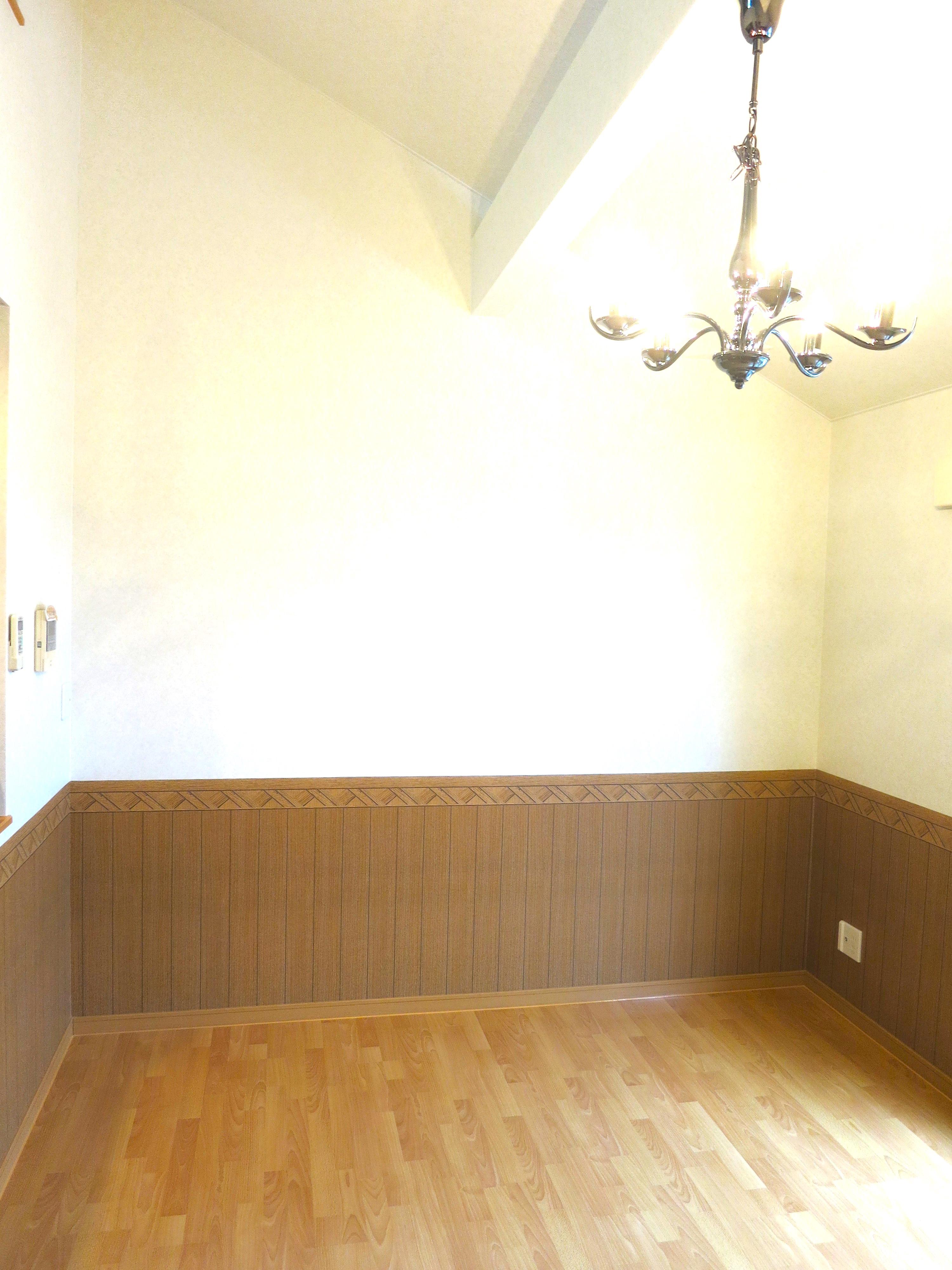 腰壁と白い壁のコントラスト。虹と空とリベルテ(Liberte)と。優しい自由がある空間。_7824