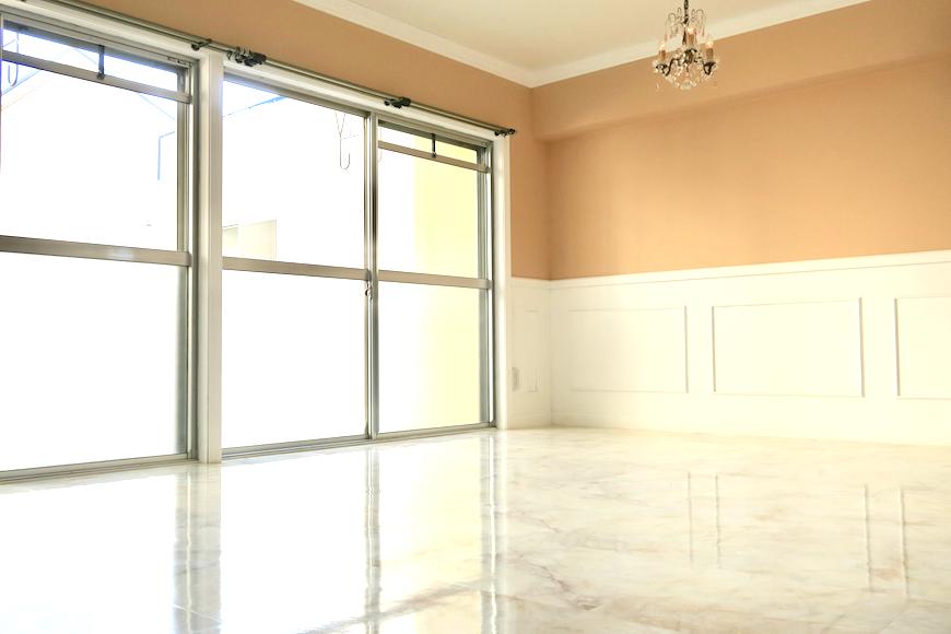 リビング。マーブルな石作りのような床。フレンチブルーがアクセント。優雅でクラシカルなお部屋。 【キャッスル東栄】